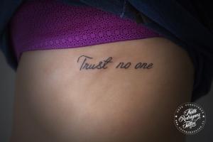 tatuaje-de-frase-en-la-costilla-tatuajes-pucon-chile-por-nath-rodriguez-wwwtatuajespucon.cl