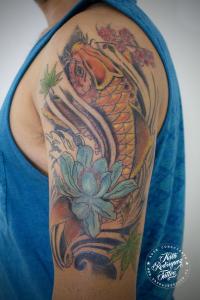 tatuaje-pez-koi-por-nath-rodriguez-tattoo-artist-tatuajes-pucon-chile-www