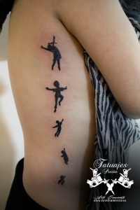 tatuaje-silueta-niños-volando-tatuajes-pucon-by-nath-rodriguez-tattoo-artist-chile